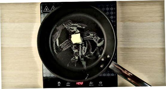 Escalfant ametlles tallades a la cuina