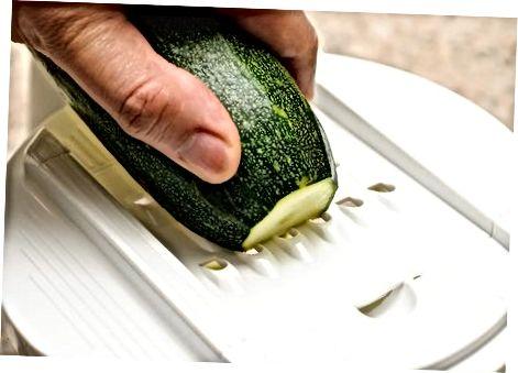 Suvikõrvitsa nuudlite lõikamine