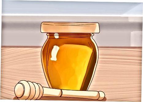 Tar honning for å behandle en hoste eller sår hals