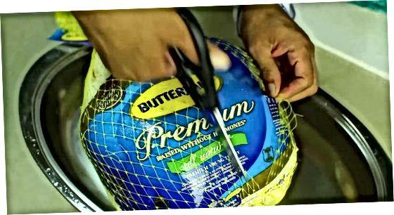 Preparant Turquia per al farciment