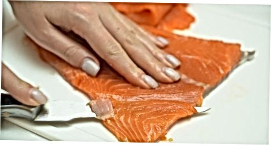 Að skera fisk í sushi