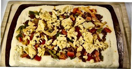 Kolbasa va pishirilgan tuxumli nonushta pizza