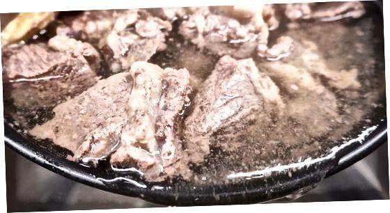 Das Rindfleisch aufkochen