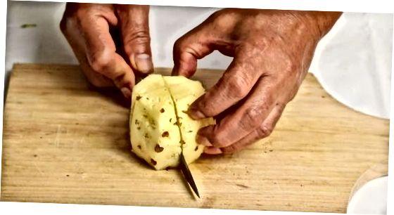 Die Ananas in Viertel schneiden, um sie zu entkernen