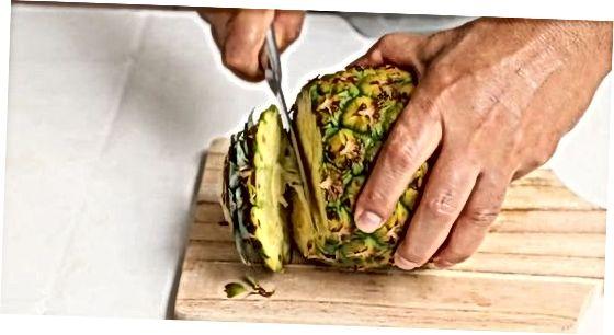 Entfernen des Kerns mit einem Ananas-Corer