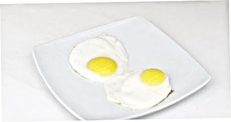 Kepti kiaušinius keptuvėje