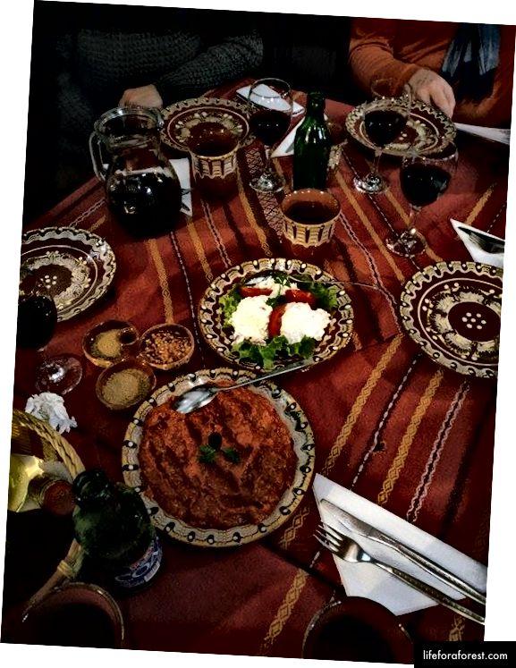 Ljutenica (루토 (nitto)로 발음 됨)는 갓 구운 오븐 빵과 함께 먹어야하는 가장 맛있는 야채입니다.