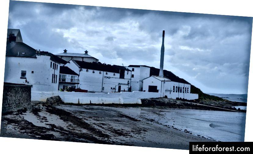 Nhà máy chưng cất Bowmore trên Islay.