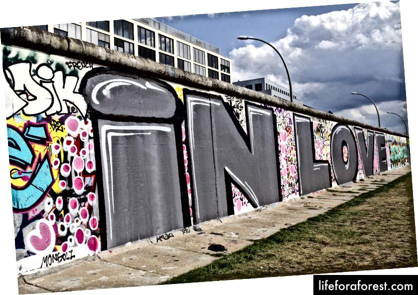 Phòng trưng bày East Side là một đài tưởng niệm quốc tế về tự do. Đó là một đoạn dài 1316 m của Bức tường Berlin nằm gần trung tâm Berlin. Ảnh: umut rosa / Shutterstock.