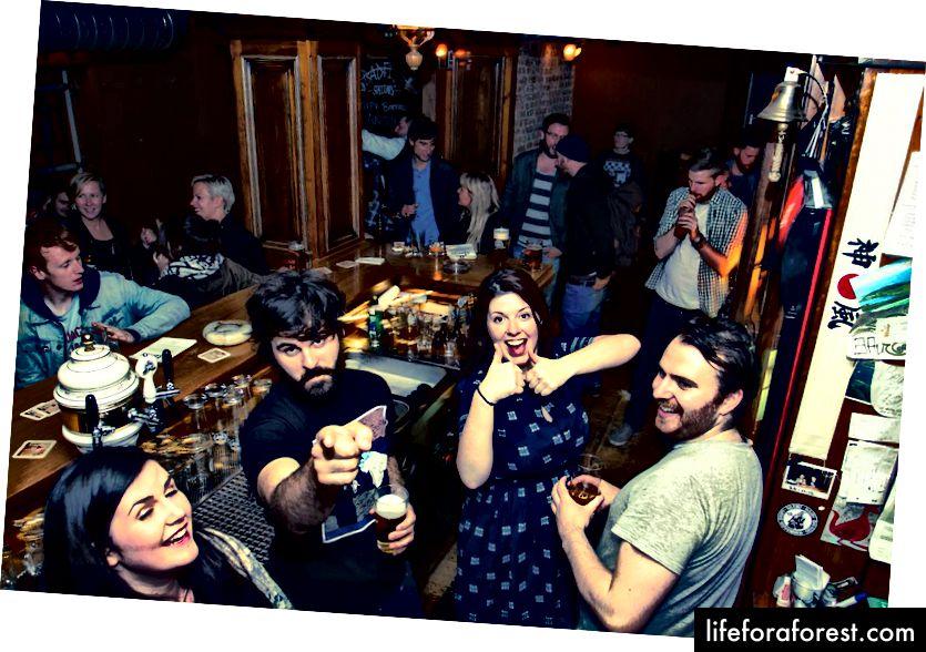 Những người hâm mộ cổ vũ của Berlin. Hình ảnh lịch sự: Badfish Bar từ Facebook.