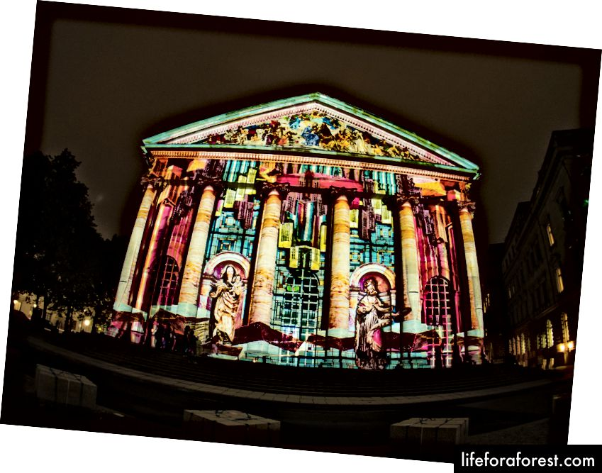 Thánh Hedwigs-Kathedrale trong Lễ hội ánh sáng - Berlin Leuchtet 2017. Ảnh: mathiasmoeller / Shutterstock.