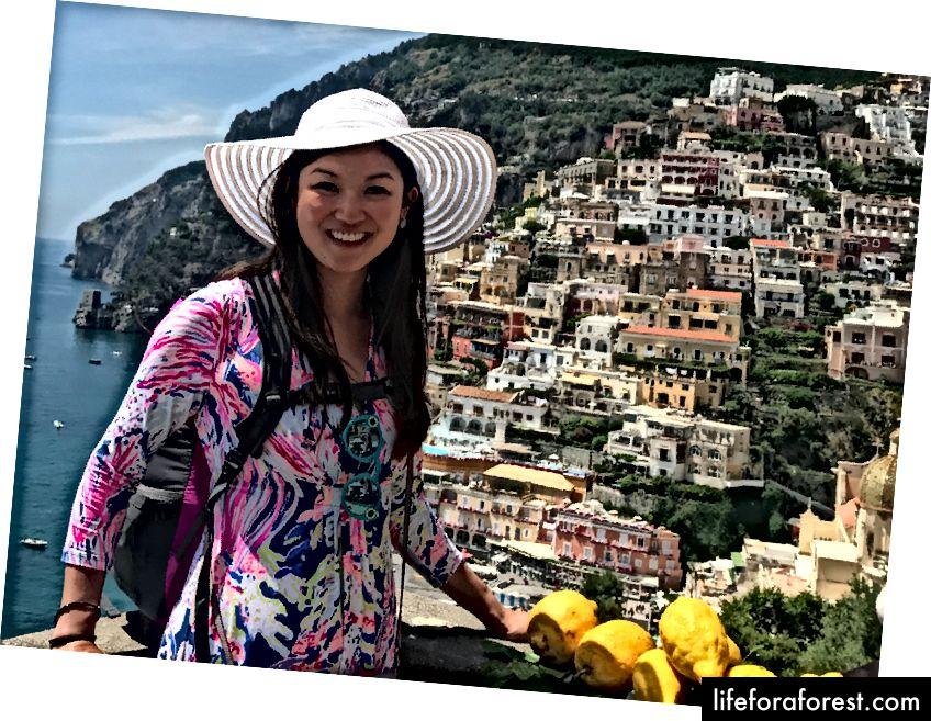 Klatrer opp trappene på Positano med ryggsekken