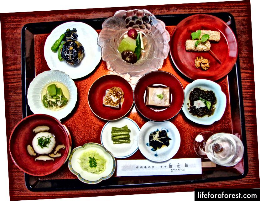 Shōjin Ryōri serverte ved et tempel i Nagano Prefecture. Bildekilde: Chris 73 via Wikimedia Commons.