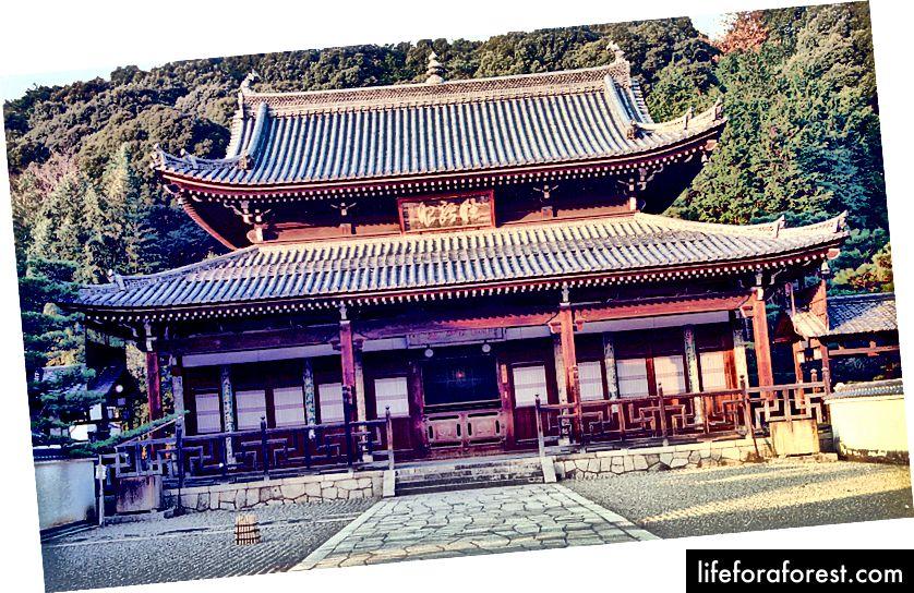Shojin Ryori ble introdusert til Japan av munker fra Kina og Korea i det gamle Japan. Manpuku Temple, Kyoto, mottok praksis fra kinesiske munker og blir sett på som et av flere sentrale steder i historien til Japans adopsjon av Shojin Ryori. Bildekilde: FG2 via Wikimedia Commons.