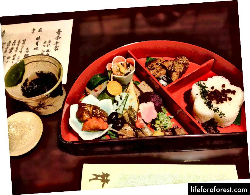 Bon, Taito, Tokyo'da bir bento tarzı yemek. Resim Kaynağı: Sophia Woods Enstitüsü.