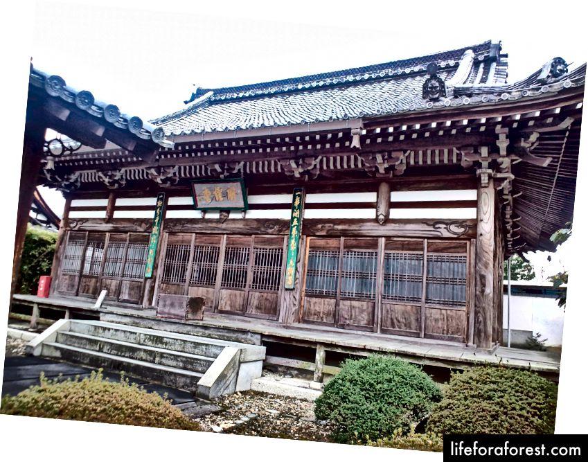 Uoto shahri, Kyoto prefekturasi, Obakusan Manpuku ibodatxonasi majmuasidagi zallardan biri. Rasm manbasi: Yanajin33 Wikimedia Commons orqali.