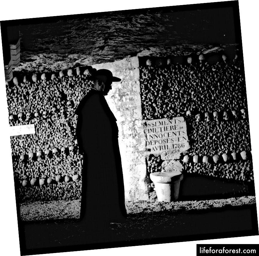 Skuespiller Alec Guinness i katakombescenen fra 'Father Brown,' 1955. | Vagn Hansen / Getty