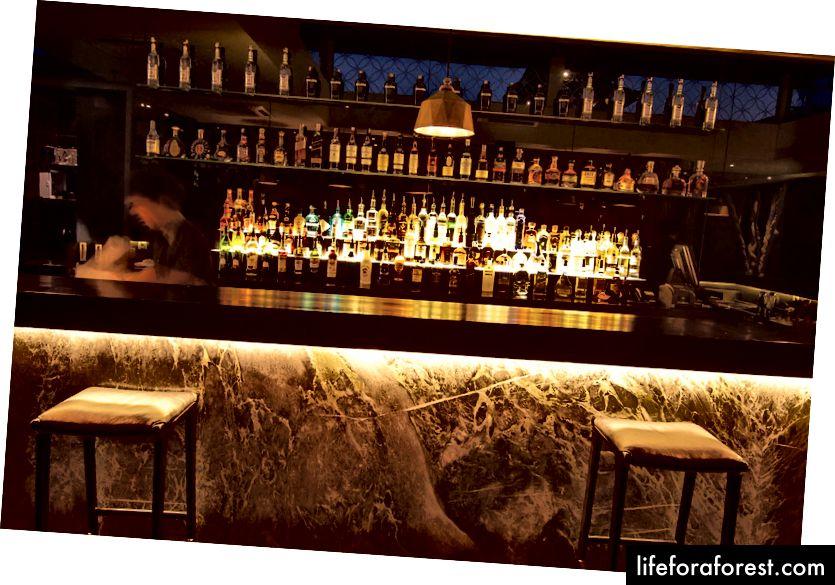 Một quầy bar đầy ắp với những ly cocktail sáng tạo tại Merah Putih