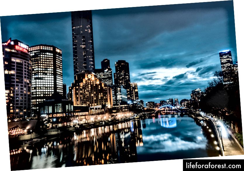 Melbourne at Night ved Yarra River og Federation Square.