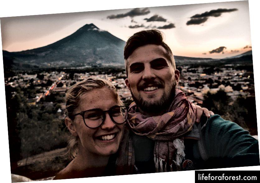 Viktor og kjæresten hans, stoked på muligheten til å reise verden rundt sammen.