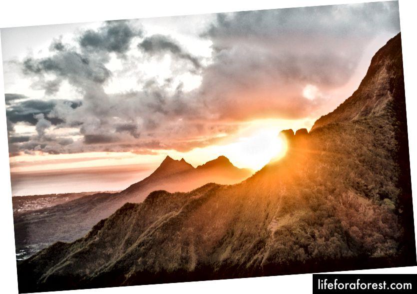 Man ønsker ikke å gå glipp av soloppgangen ved Pali Puka Trail, Oahu.