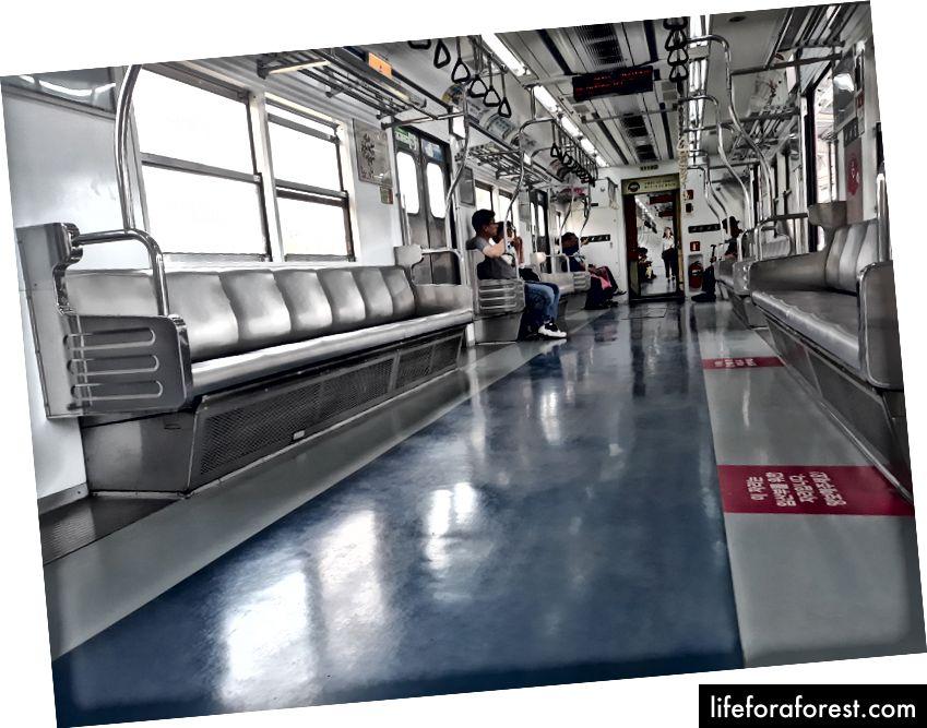 Incheon İstasyonu'na park edilen bir trenin içinden, Hat 1'in sonunda, daha fazla insanın ayrılmadan önce uçmasını bekler.