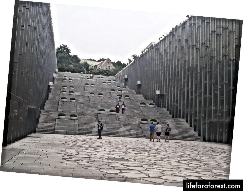 Ewha Kadınlar Üniversitesi'ndeki merdivenler.