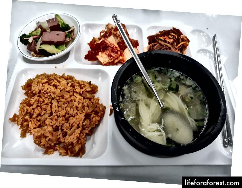 Корейська їжа 101: М'ясо з овочами, гарнір, бульйон, рис та кімчі