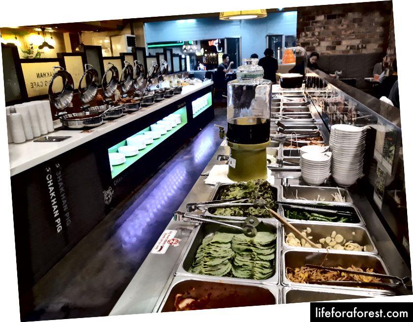 Et yemekleri restoranı, garnitürler, et ve diğer yiyeceklerden oluşan bir büfe
