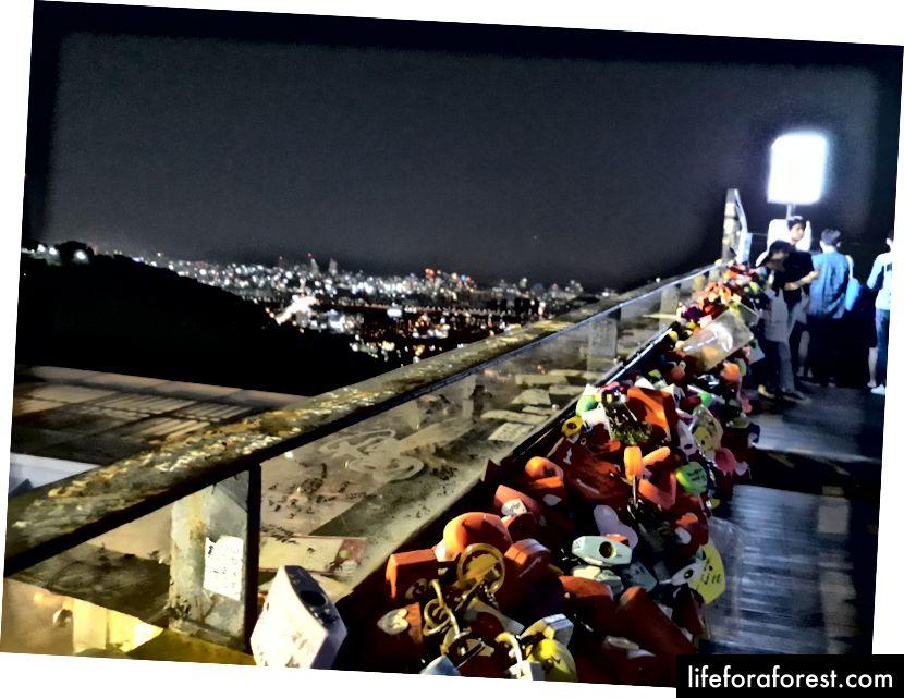 Tungi havodagi salqinlik hali ham Namsan minorasidagi muhabbat qushlarini sovuta olmaydi