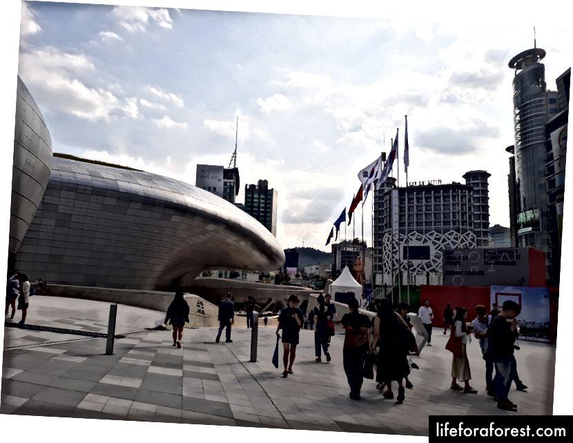 Dongdaemun Design Plaza, де ви знайдете безліч людей за останнім чи альтернативним способом