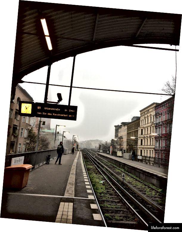 Hành khách chờ đợi U-Bahn ở Berlin