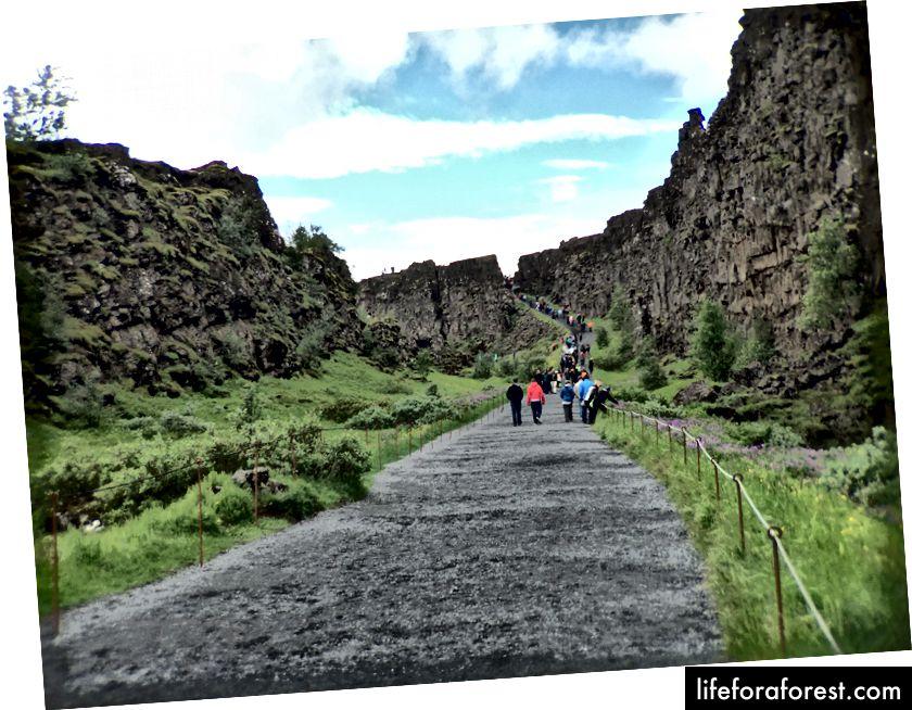 Gå mellom tektoniske plater på Þingvellir. På dette bildet er den europeiske platen til venstre, og den nordamerikanske platen er til høyre.