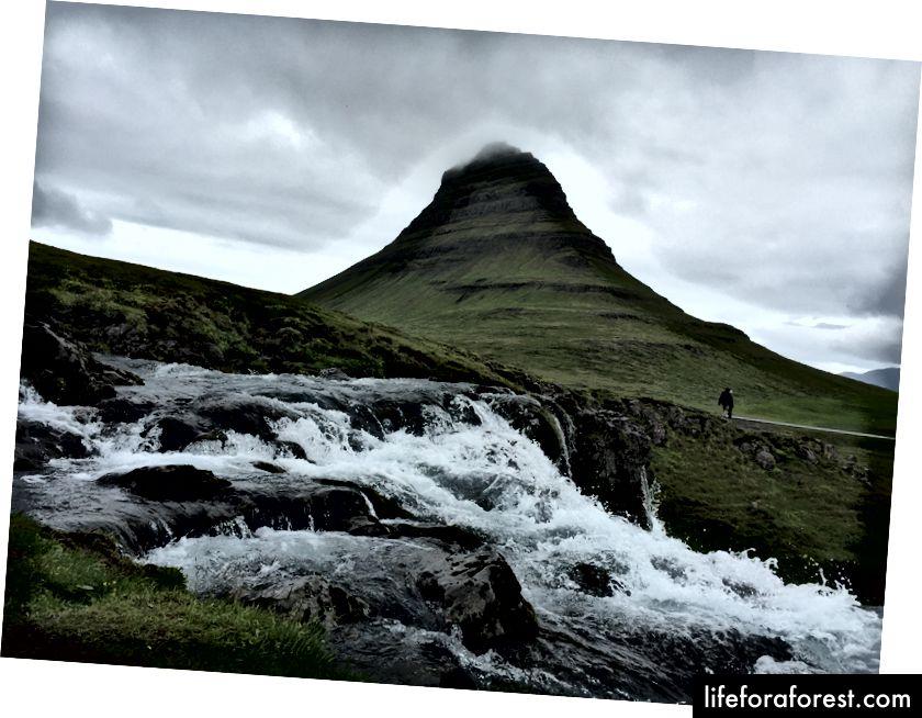 Nydelig Kirkjufell, med en del av Kirkjufellsfoss