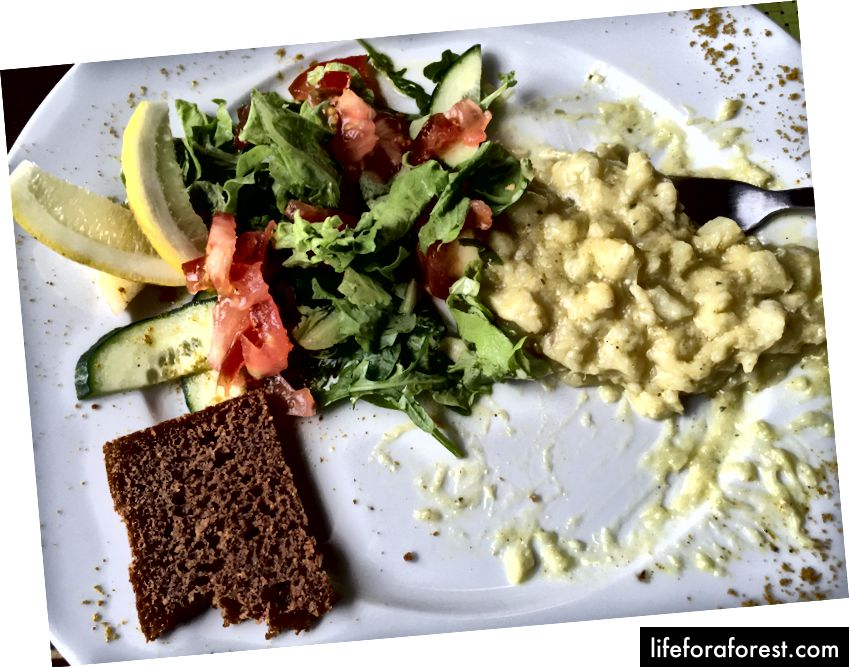 Ryukandi Kaffida baliq güveç, salat va geysir noni