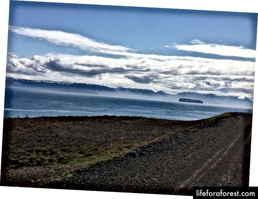 Skagafjord, med en øy og snødekte fjell langs en halvøy (den vi skulle ha kjørt rundt)