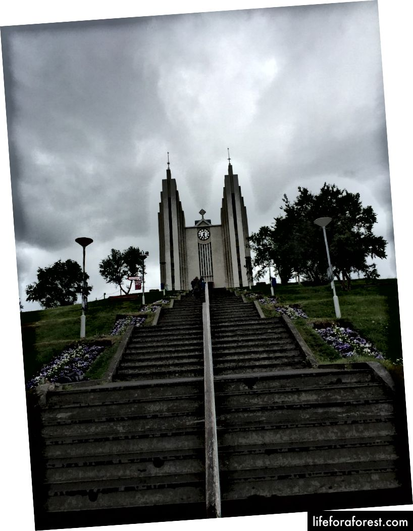 Ser opp til Akureyrarkirkja