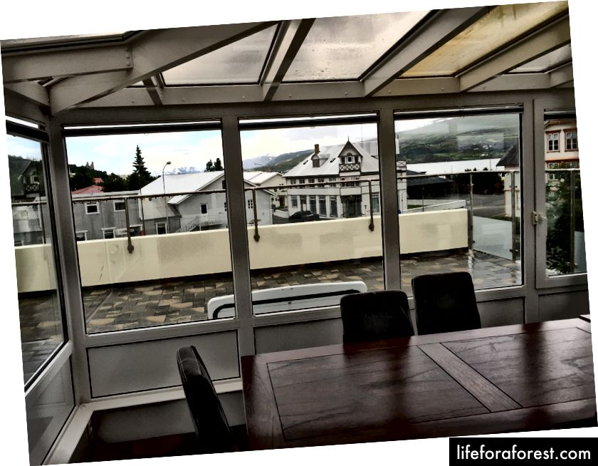 Den hyggeligere leiligheten ovenpå har et utendørs dekk og en spisestue med glassvegg