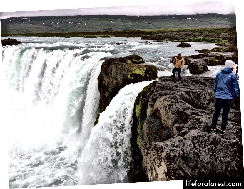 Bare gå helt opp til kanten ved Goðafoss