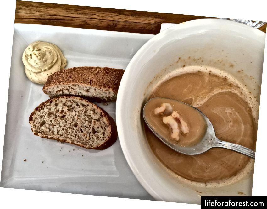 Sjømat suppe og brød på Salka. Spesielt er brødet ikke geysirbrød, som ofte serveres på Island.