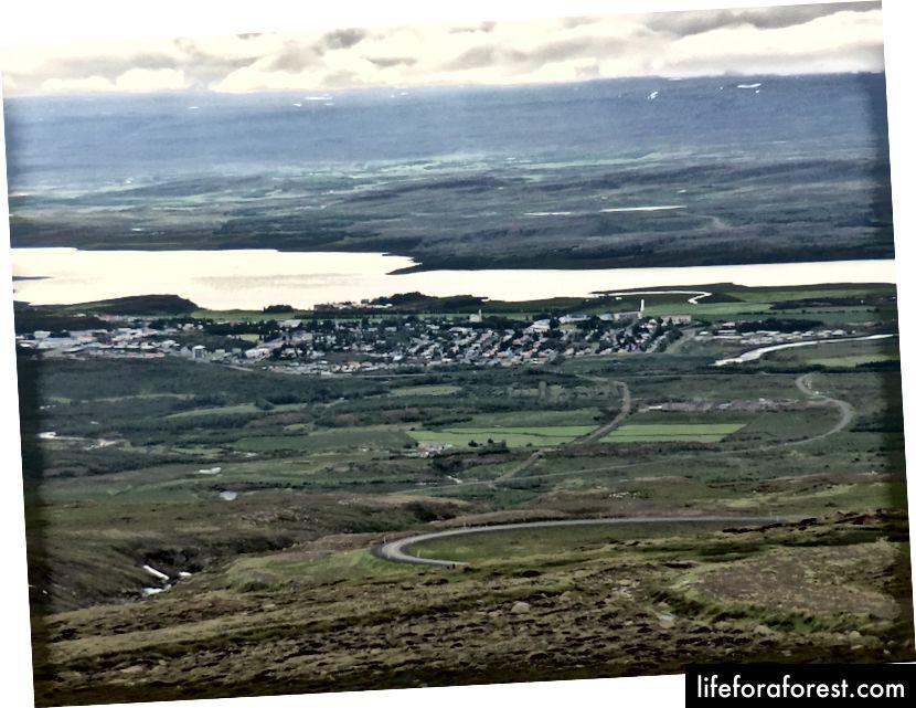 Egilsstaðir, to Seyridjjjordurga boradigan tog'dan ko'rinib turibdi
