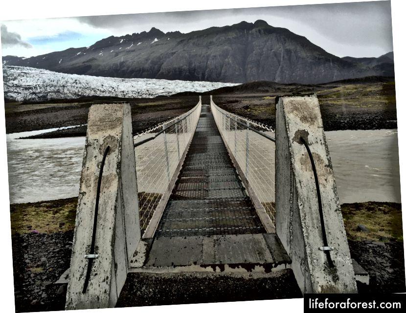 En bro på turen mot Fláajökull