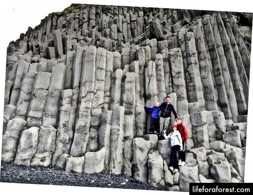 Familiefoto på basaltsøylene ved Reynisfjara