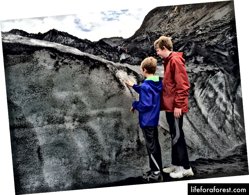 Undersøker den askedekkede isen ved Sólheimajökull