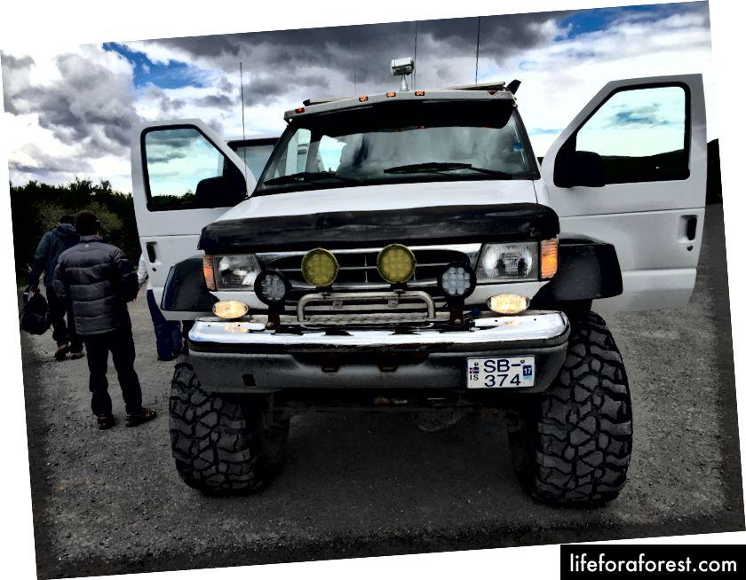 A tar en stor lastebil for å komme seg helt til Langjökull