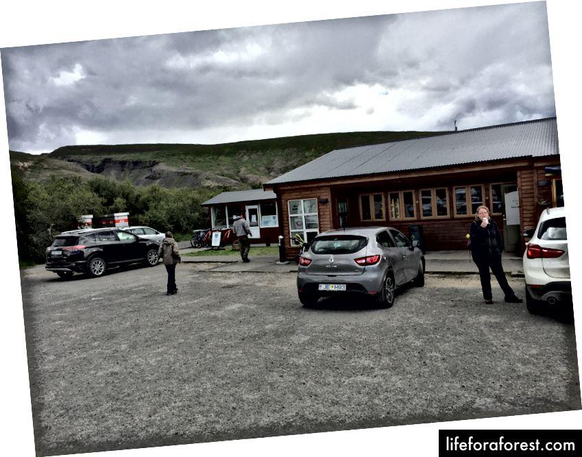 Parkeringsplassen på Hotell Húsafells restaurant fungerer også som møtepunkt for hundekjøring