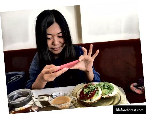 Gao făcând o poză cu mâncarea uimitoare