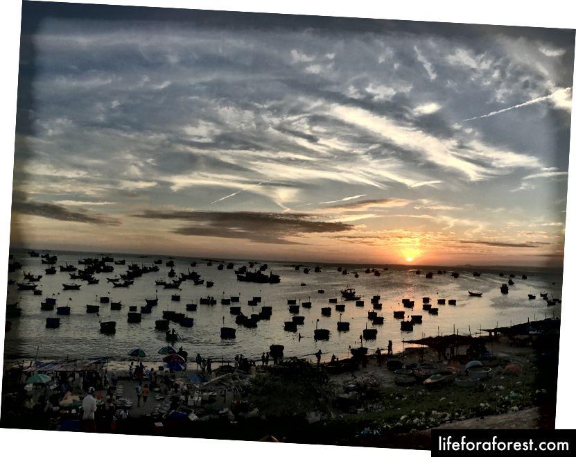 Kaip šis. Saulėlydis virš nedidelio žvejų kaimelio Mũi Né, Vietnamas.
