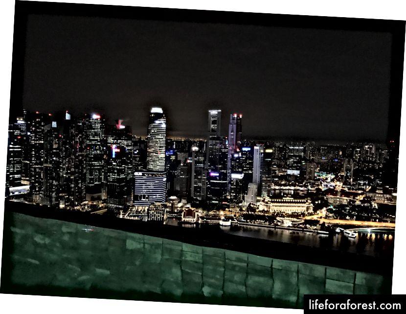 Zawsze jest czas na przerwę w pracy, gdy basen ma takie widoki. Marina Bay Sands, Singapur.