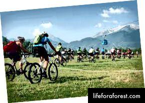 Захід на гірських велосипедах під гондолою в Банско